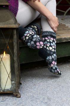 Kuurankukka-villasukat Novita 7 Veljestä ja Multiraita Lace Patterns, Flower Patterns, Stitch Patterns, Stockinette, Knitting Socks, Main Colors, One Color, Mittens, Swatch
