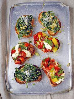 Loihdi klassiset bruschetat kaikenkirjavista, makeista tomaateista ja tee…