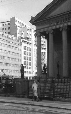 Bucureşti Muzeul Simu, 1941 În fundal, Hotel Ambasador foto: Willy Pragher Paris, Bucharest Romania, My Town, Timeline Photos, Time Travel, Vintage Photos, Louvre, Street View, Country