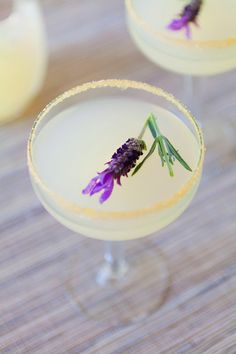 Vodka Lavender Lemonade: The best herbal wedding cocktails effortlessly blend complementary flavors together. Lavender and lemon are a particularly tasty pair. Take a break from the summer heat and enjoy this vodka lemonade with lavender. Cocktails Vodka, Spring Cocktails, Cocktail Drinks, Alcoholic Drinks, Beverages, Lemonade Cocktail, Lavender Cocktail, Colorful Cocktails, Cocktail Ideas