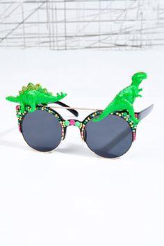 a9ad3aeebfb2d6 lunettes dinosaure  Trucs Décalés chez Urban Outfitters Fluo, Lunettes De  Soleil, Chaussure,