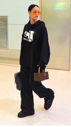 rihanna in black sporty outfit Estilo Rihanna, Mode Rihanna, Rihanna Street Style, Rihanna Fenty, Fashion Killa, Look Fashion, Fashion Outfits, Mode Streetwear, Streetwear Fashion