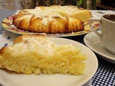 Манник - 1 стакан сухой манной крупы; - 1 стакан кефира; - 1 стакан сахара; - 2 яйца; - 1 крупный лимон; - Щепотка соли; - 1 пакетик ванильного сахара; - 1 ст. ложка разрыхлителя для теста; - 2 столовых ложки муки; - Масло или маргарин для смазки формы; - Сахарная пудра для присыпки.