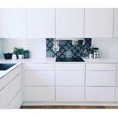 Take a look at this unique solution with tiles at the amazing home of @frumetin Come and visit us at Kvik Amsterdam Boulevard Westpoort for more inspiration! #kvikkitchen #kvik #manobykvik #danishdesign #kitchen #arttiles @arttiles