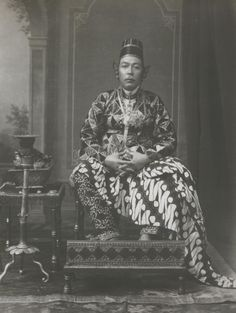 Indonesia ~ Portrait of Sultan Hamengku Buwana VII, by Kassian Cephas Old Pictures, Old Photos, Vintage Photos, Dutch East Indies, Royal Tiaras, Javanese, Yogyakarta, Borneo, China