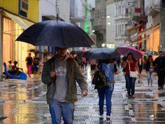 Pedestres enfrentam chuva na região do Viaduto do Chá, do centro velho de São Paulo, na tarde desta quarta-feira (02) (Foto: Cris Faga/Fox Press Photo/Estadão Conteúdo)
