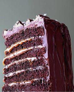 """750g vous propose la recette """"Layer cake au chocolat et caramel"""" notée 4/5 par 69 votants."""