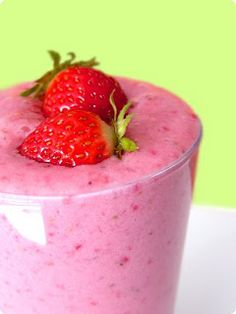Apple strawberry milkshake is a simple healthy drink which can be given to all ages. Children like to taste it when mixed with ice cream. Learn how to make apple strawberry milkshake. Fruit Smoothie Recipes, Juice Smoothie, Smoothie Drinks, Healthy Smoothies, Healthy Drinks, Healthy Recipes, Drink Recipes, Easy Recipes, Avocado Smoothie