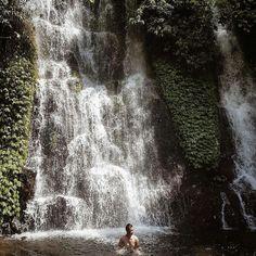 Air terjun ini terletak di Dusun Kampung Anyar, Desa Taman Suruh, Kecamatan Glagah. Kabupaten Banyuwangi, Jawa Timur. Sekitar 1 jam dari Gunung Ijen.  Terdapat 3 aliran air terjun di tempat ini. Dua air terjun berdekatan dengan ketinggian sekitar 20 meter, sedang yang satunya berjarak sekitar 300 meter dengan ketinggian 40 meter. Niagara Falls, Maui, Waterfall, Tours, Nature, Travel, Outdoor, Outdoors, Naturaleza