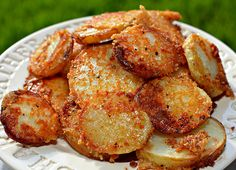 Crispy Crunchy Parmesan Potatoes – These oven baked potatoes are perfect for a side or even just a snack. Ingredients cup finely grated Parmesan cheese with a sand consistency (don't use shredded or Microplaned Parmesan cheese) Crispy Parmesan Potatoes, Cheese Potatoes, Sliced Potatoes, Roasted Potatoes, Baby Potatoes, Crack Potatoes, Yukon Potatoes, Yellow Potatoes, Vegetarian