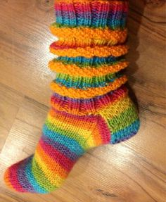 Arkimamman Arkiralli: Aurinkoraidat loistaa helmihaitarisukissa Crochet Slippers, Knit Crochet, Woolen Socks, Drops Design, Knit Leg Warmers, Knit Stockings, Sock Toys, Moss Stitch, Christmas Knitting