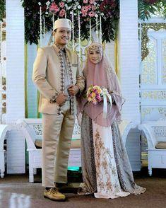 Trendy Kleid Brautjungfer Hijab Syari Ideen rnrnSource by Hijabi Wedding, Wedding Hijab Styles, Muslimah Wedding Dress, Muslim Wedding Dresses, Muslim Brides, Bridal Dresses, Bridesmaid Dresses, Peach Color Dress, Bridal Hijab