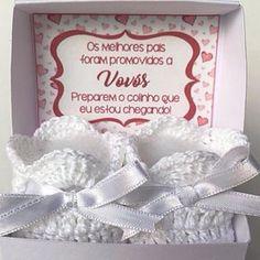 Anuncie sua gravidez de forma especial !!! Caixa papel branco com tampa fixa, cartão de mensagem personalizada e par de sapinhos perfumados. Medidas da caixa = Altura: 6 cm, Largura: 8 cm e Comprimento: 6 cm. Caixa com acabamento com laço de fita de cor a escolher.