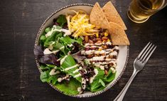A healthy vegetarian taco salad recipe.The classic American Tex-Mex taco salad is a high-calorie meaty marvel: seasoned ground beef, piled into a f. Vegan Recipes Easy Healthy, High Protein Vegetarian Recipes, Healthy Meals For Kids, Vegetarian Taco Salad, Vegetarian Recipes Dinner, Roh Vegan, Dinner Salads, Tofu, Clean Eating