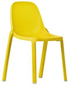 une chaise jaune designée par starck... parfait pour notre chambre à coucher !