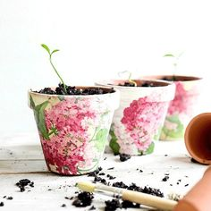 How to upcycle Cheap Flower Pots. Decoupage your pots with floral napkins. Raid the leftovers from your last cocktail party and reuse those pretty paper napkins to update a set of small pots. Large Flower Pots, Plastic Flower Pots, Plastic Planter, Dollar Store Crafts, Dollar Stores, Diy Plant Stand, Ideias Diy, Clay Pots, Terra Cotta