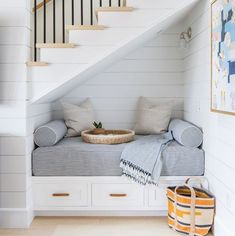 * 𝑪𝑶𝑼𝑷 𝑫𝑬 ❤️ Pour ce petit coin cosy trop mignon et bien pensé! Et le lambris blanc. Under Stairs Nook, Under Staircase Ideas, Modern Staircase, Deco House, Staircase Storage, Storage Under Staircase, Attic Storage, Hidden Storage, Closet Storage