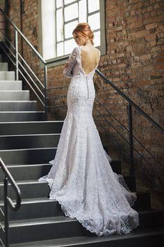 Vestido de noiva de renda com manga longa, corte sereia e cauda longa ( Vestido: Nova Noiva | Beleza: Agência First | Foto: Larissa Felsen )