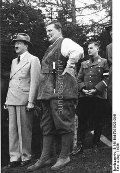 Adolf Hitler, Hermann Göring (in Jägerkleidung mit Messer) und Baldur von Schirach auf dem Obersalzberg 1936.