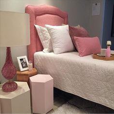 Quarto menina l Destaque para a composição de almofadas @p_c_home, cama @restingbliss_ e abajur da @paulabassinidecor! Ficou um charme!!! #quartodemenina #bedroom #almofadas #murano #parceria #homedecor #design #pink #girlroom #arquitetura #decor #decorblog #blogger #photo #dicasdafabi #fabiarquiteta