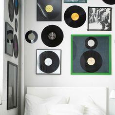 Una parete coperta di vecchi dischi incorniciati - IKEA