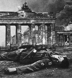 Una víctima yace durante la batalla de Berlín.