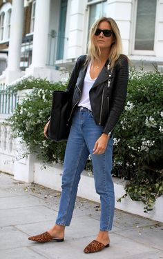 Street style look com jaqueta couro, calça jeans e mule.