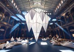 Parte da programação especial de verão do National Building Museum, mais de 30 pentaedros e octaedros foram distribuídos pelo espaço