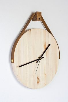 Etsy の 木製革壁時計をぶら下げ by FactoryTwentyOne