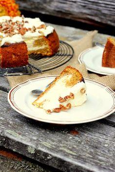 Porkkanakakku on yksi lempileivonnaisistani. Kun tähän herkkuun yhdistää iki-ihanan juustokakun on tuloksena aavistuksen juhlavampi versio p...