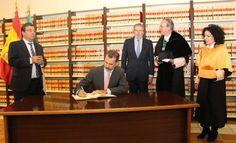 El pasado 3 octubre el rey Felipe VI inauguró el curso universitario en la Facultad de Derecho de la Universidad de Extremadura. En la Biblioteca se celebró el acto protocolario de la firma en el Libro de Honor de la UEX.