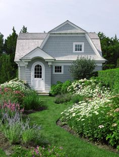 I'm swooning over this adorable gambrel guest cottage designed by architect Stuart Disston for a family on Moriches Bay in Westhampton. Cottages And Bungalows, Cabins And Cottages, Beach Cottages, Cottage Living, Cottage Homes, Cottage Door, Planer Layout, American Houses, Storybook Cottage
