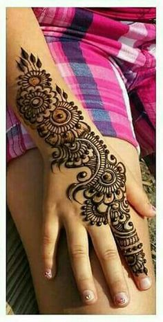 These stuning simple mehndi designs will suits you on every occassion. In Indian culture, mehndi is very important. On every auspicious occasion, women apply mehndi to show the importance of the occasion. Henna Art Designs, Mehndi Designs For Girls, Mehndi Designs For Beginners, Modern Mehndi Designs, Dulhan Mehndi Designs, Mehndi Design Pictures, Wedding Mehndi Designs, Mehndi Designs For Fingers, Latest Mehndi Designs
