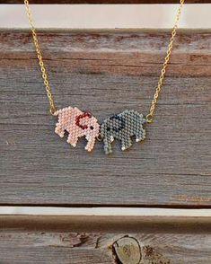 Peyote Elephant Necklace by SuteWorld on Etsy - Epinglé par… Más Seed Bead Jewelry, Bead Jewellery, Seed Bead Earrings, Beaded Earrings, Beaded Jewelry, Seed Bead Patterns, Beading Patterns, Handmade Necklaces, Handmade Jewelry