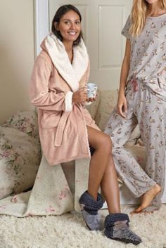 Giving a loved one or spoiling yourself? Think the cosiest of dressing gowns to keep warm! Keep Warm, Stay Warm, Latest Fashion For Women, Womens Fashion, Fashion Trends, Fashion Ideas, New Outfits, Winter Outfits, Lounge