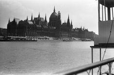Parlament a Pálffy (Bem) téri hajóállomás felől nézve.
