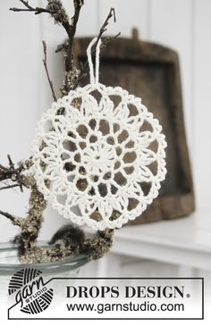 Strålande Jul  - Crocheted circle for Christmas. Piece is crocheted in DROPS Fabel. Free crochet pattern DROPS Extra 0-1412