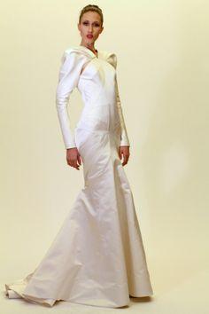 """Zac Posen """"María Callas presentándose en Argentina"""", salpicada con un poco de Martha Graham, es como Zac Posen describió su colección preotoñal. Las inspiraciones pudieron haber girado fácilmente a lo demasiado teatral, pero con excepción de algunas mangas ondeantes, Posen demostró control. El diseñador siguió basándose en su variedad de opciones de gala con vestidos en corte sesgado, de cóctel y el tipo de vestidos esculpidos que lo han hecho famoso. Martha Graham, Zac Posen, Control, Formal Dresses, Fashion, Types Of Dresses, Fashion Trends, So Done, Sleeves"""