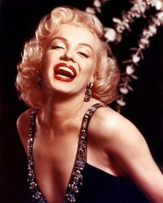 She was a primadonna on 50's! Her impressive laughter is a real inspiration for LIVING BOLDLY to me. As I have a momiji collection, I also have a pretty big collection of Marilyn Monroe products.