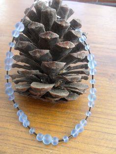 Elegantes Schmuckset aus gefosteten blauen Glasperlen und hochwertigen Miyukistiften in schwarz, mit süßem silbernem Herzkarabiner.  Kommt in Organzab Elegant, Etsy, Bracelets, Jewelry, Glass Beads, Heart, Black, Classy, Jewlery