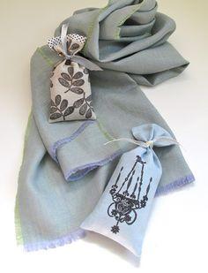 ストールと一緒に、お気に入りのサシェを仕舞っておけば、ストールはいつでも良い香りであなたを包んでくれます。  直接肌につける下着やストールは、匂いがつきやすいもの。消臭効果や防虫効果のあるサシェと一緒にクローゼット仕舞えば、一石二鳥。    (Shot linen scarf with lavender filled sachets in linen. )