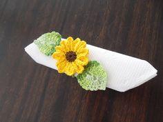 Deixe seu evento ainda mais requintado. <br>Lindos Porta-guardanapo Flor de crochê. Flor com 7 cm de diâmetro. <br>É composto por : <br>1 flor girassol com 7 cm <br>2 folha 6 cm de comp. e 4 cm de largura. <br>1 fio de correntinha com 30 cm de comprimento. <br> <br>Faço em outras cores ou flores, fale comigo.