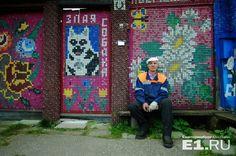 """""""Пробки родственники собирают по всей округе"""": два уральских пенсионера обшили свои дома цветными крышками от бутылок"""