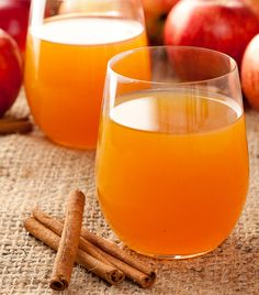 Hard cider is a once popular beverage that has made a comeback in recent years. Let's take a look at the history of cider and how you can make your own. Apple Cider Juice, Spiced Apple Cider, Hard Cider Recipe, Steam Juicer, Johannes 3, Making Hard Cider, Juicer Recipes, Blender Recipes, Drink Recipes