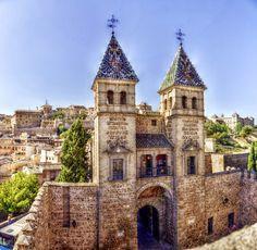 PUERTA DE BISAGRA VISTA DESDE SU INTERIOR.  Rutas guiadas gratuitas 'Puentes y Torreones',  desarrolladas por las participantes en el Taller de Empleo 'Toledo y El Greco'