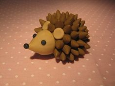Hedgehog fondont cake decoration...would be cool to try to do something like this using chocolate chips, butterscotch chips, and Hershey kisses