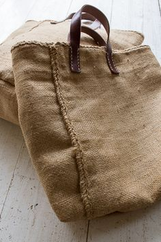 We made old hemp bag and made bag. The combination of flax color and leather, which has increased in Hessian Bags, Jute Bags, My Bags, Purses And Bags, Sacs Tote Bags, Diy Sac, Linen Bag, Fabric Bags, Cloth Bags