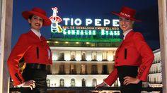 Reapertura del cartel de Tío Pepe en Madrid con azafatas.