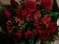 Bouquet Flores: Arranjo de Rosas vermelhas e Astromélias