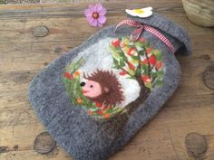 Wärmflaschen - Wärmflasche gefilzt Gute Besserung - ein Designerstück von Filzzination bei DaWanda Felted Wool, Wool Felt, Hedgehog Craft, Water Bottle Covers, Felt Cover, Balcony Design, Wet Felting, Felt Art, Felt Crafts